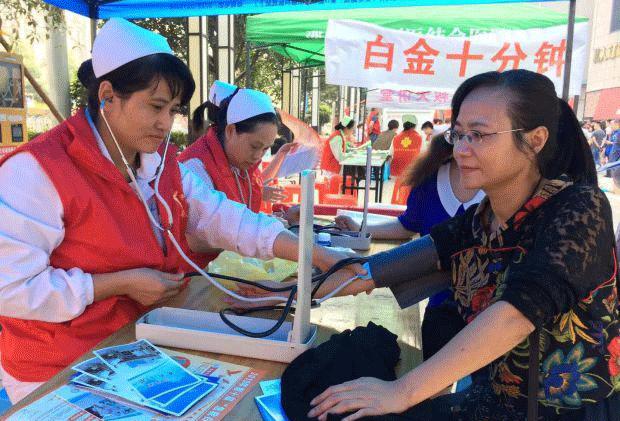 志愿者们帮助市民测量血压