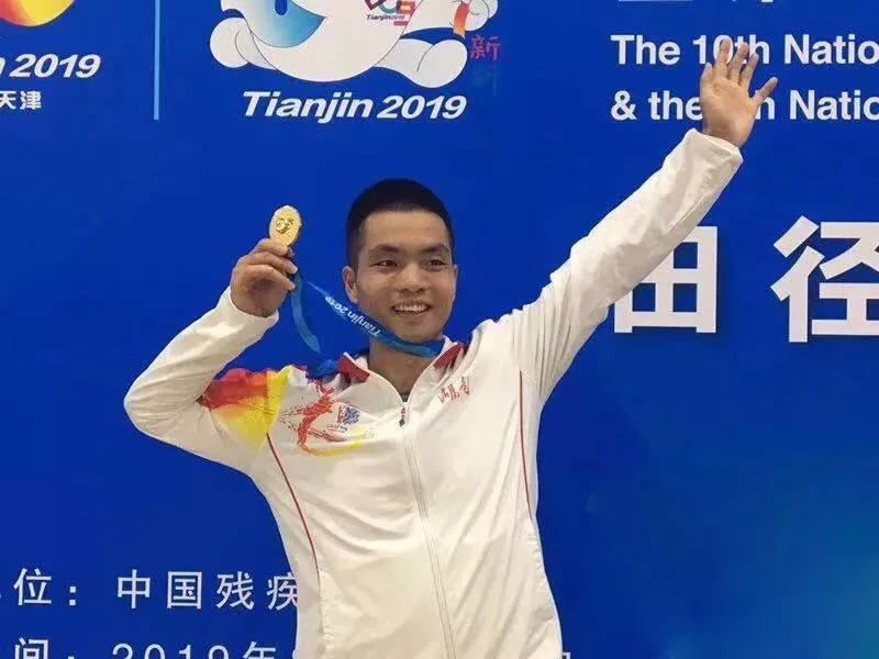 全国第十届残运会上邵阳市运动员刘卫 摘金