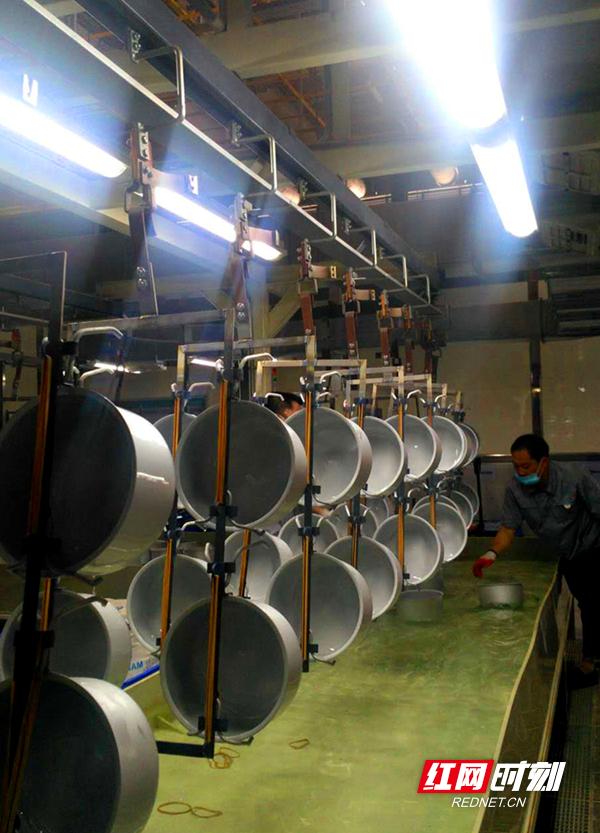 拓浦精工电饭煲流水线,工人辅助作业。