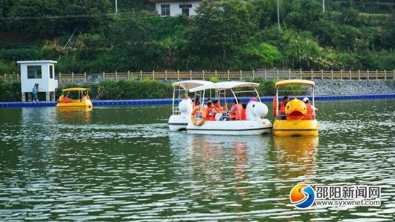 隆回向家村:正在月亮湖划船的游客