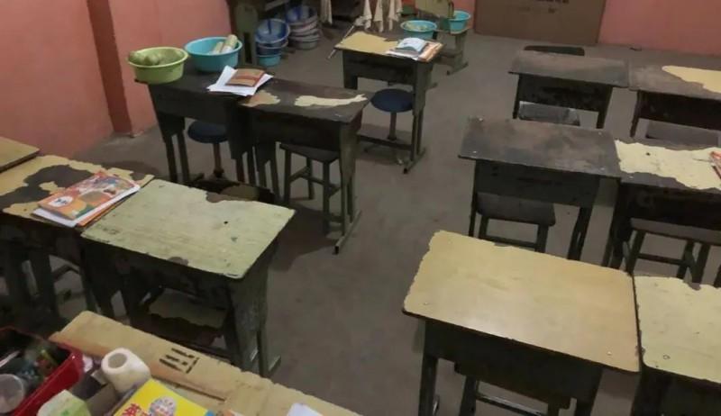 余吾古小学教学物资欠缺,大多数课桌椅已经破烂不堪