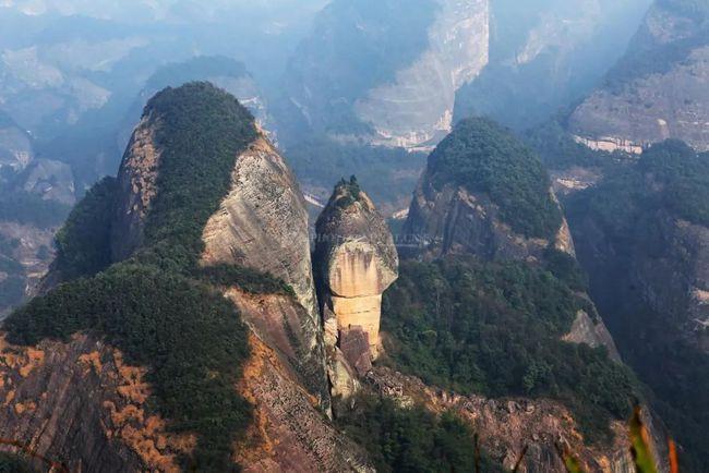 崀山涵盖了八角寨、辣椒峰、天一巷、扶夷江、紫霞洞、天生桥6大核心景点