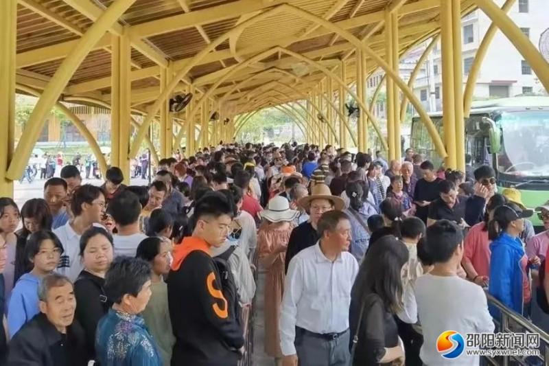 新邵县白水洞景区等待坐观光车的游客