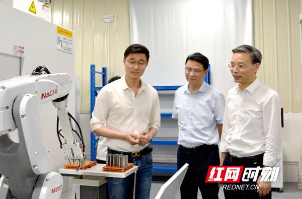 邵阳市市场监管部门进驻工业园区开展中小微企业质量帮扶服务活动。