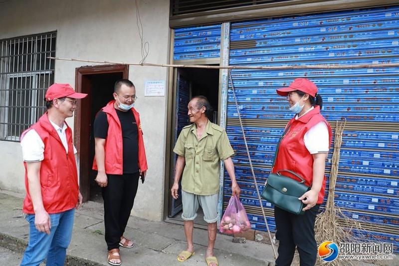 志愿者带粽子来到社区困难群众家中,亲切询问了他们的生活、身体状况,为他们送去节日的祝福。
