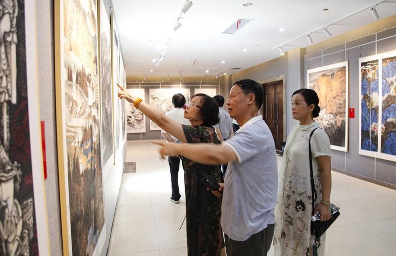 画说邵阳市民正在讨论画作
