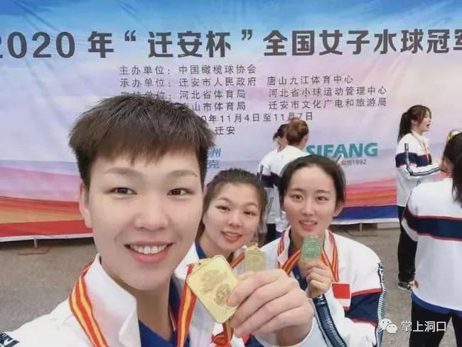 邓泽文(左一)