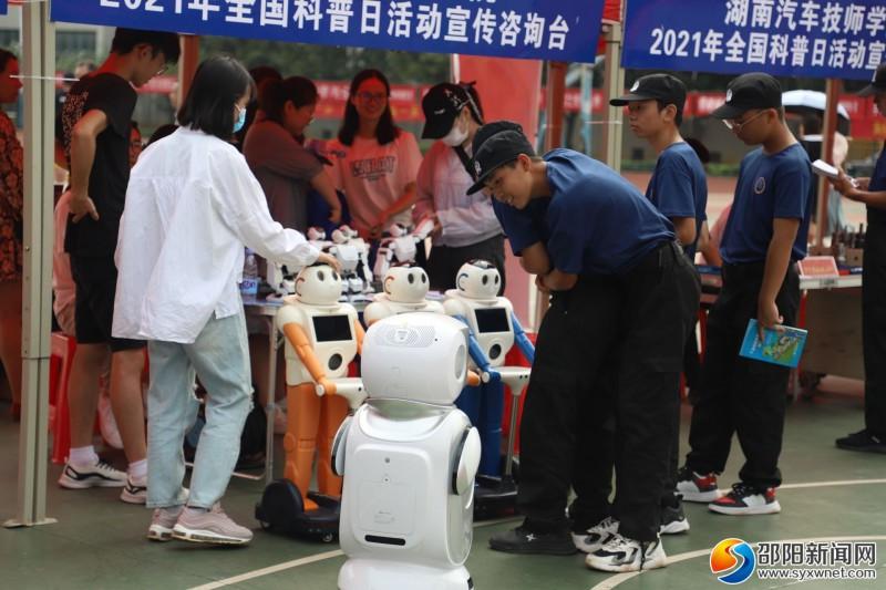 同学们对机器人充满兴趣