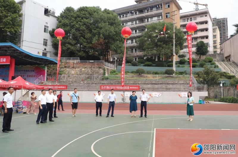 湖南汽车技师学院师生自主制作的无人机飞行展示